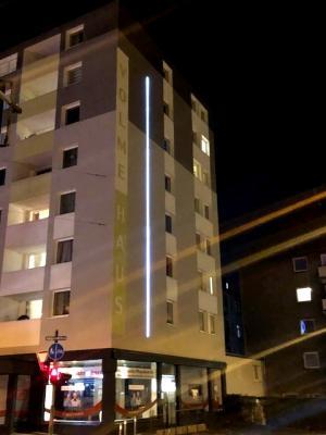 Seitenansicht des Hauses bei Nacht