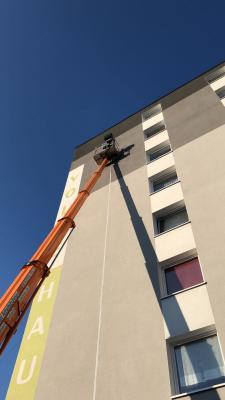 Anbau eines LED-Leuchtstreifens an einer Hausfassade